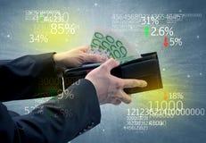 La mano dell'uomo d'affari elimina l'euro dal portafoglio Fotografia Stock