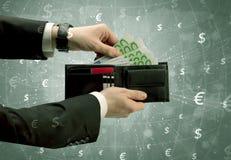 La mano dell'uomo d'affari elimina l'euro dal portafoglio Fotografie Stock Libere da Diritti