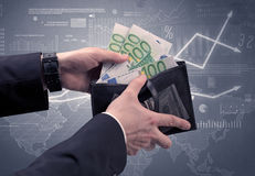 La mano dell'uomo d'affari elimina l'euro dal portafoglio Fotografia Stock Libera da Diritti