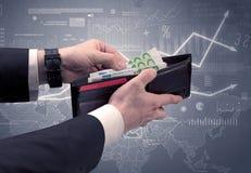 La mano dell'uomo d'affari elimina l'euro dal portafoglio Fotografie Stock
