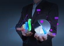 La mano dell'uomo d'affari tiene la crescita della barra e della torta del grafico Immagine Stock