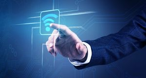 La mano dell'uomo d'affari tocca l'icona senza fili di wifi Fotografia Stock Libera da Diritti
