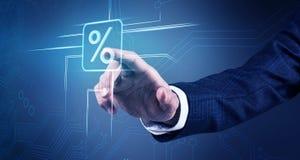 La mano dell'uomo d'affari tocca l'icona virtuale delle percentuali Immagini Stock