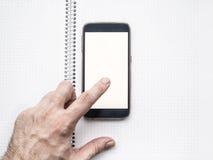 La mano dell'uomo facendo uso del modello mobile dello smartphone Fotografia Stock
