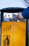 La mano dell'uomo s che mette i rifiuti Recycle può Fotografie Stock Libere da Diritti