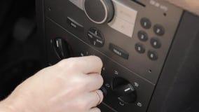 La mano dell'uomo spinge il bottone di controllo di clima dell'automobile Freddo e aria calda di temperatura del regolatore risca stock footage