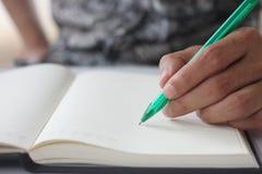 La mano dell'uomo tiene la penna immagine stock