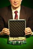 La mano dell'uomo tiene una valigia con i dollari Fotografia Stock Libera da Diritti