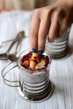La mano della donna che decora dessert Fotografia Stock Libera da Diritti
