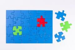 La mano della donna che dispone pezzo mancante nella significazione del puzzle Fotografie Stock