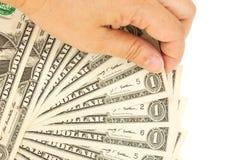 La mano della donna che seleziona le banconote in dollari una Immagine Stock