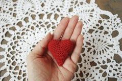 La mano della donna che tiene cuore rosso Fotografie Stock Libere da Diritti