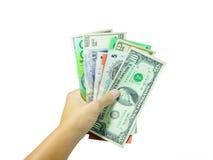 La mano della donna che tiene i vari soldi di valute (con il picchiettio del ritaglio fotografia stock libera da diritti