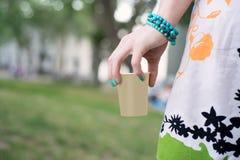 La mano della donna che tiene tazza di caffè immagine stock
