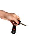 La mano della donna che tiene una chiave su fondo bianco Fotografie Stock Libere da Diritti