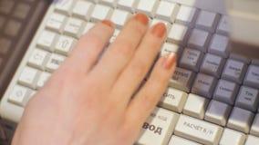 La mano della donna con il manicure preme i bottoni sul cash machine stock footage