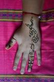 La mano della donna con il tatuaggio del hennè Fotografie Stock Libere da Diritti