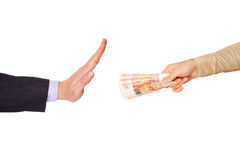 La mano della donna con 5000 rubli di banconote e mano dell'uomo sta facendo il gesto Fotografia Stock