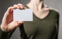 La mano della donna di affari che mostra biglietto da visita Fotografia Stock