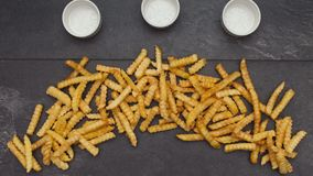 La mano della donna ha spanto le patate fritte sulla tavola, ferma il moto illustrazione vettoriale