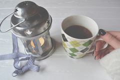 La mano della donna prende una tazza di tè immagini stock libere da diritti