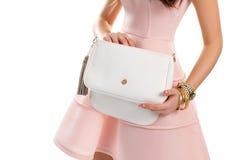 La mano della donna tiene la borsa bianca Immagini Stock Libere da Diritti