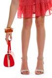 La mano della donna tiene la borsa rossa Immagine Stock Libera da Diritti