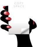 La mano della donna tiene la pagina bianca del rilievo dello spazio della copia illustrazione vettoriale