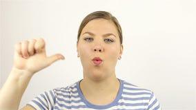 La mano della giovane donna che conta alla rovescia da cinque facendo uso delle sue dita archivi video