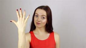La mano della giovane donna che conta alla rovescia da cinque facendo uso delle sue dita video d archivio