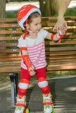La mano della mamma che aiuta la sua piccola figlia impara al pattino di rullo Fotografia Stock Libera da Diritti