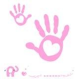 La mano della neonata stampa la carta di arrivo con cuore e l'elefante Fotografie Stock