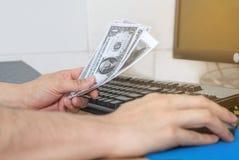 La mano della persona accetta il dono dei soldi dal progetto di costruzione, corrotto Fotografia Stock