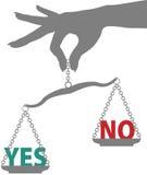 La mano della persona pesa la risposta di NO di SÌ sulla scala Fotografie Stock Libere da Diritti