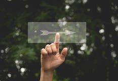 La mano della persona preme la freccia a destra del bottone Fotografia Stock Libera da Diritti