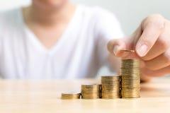 La mano della pila mettente maschio della moneta aumenta l'aumento risparmia i soldi, aletta Immagini Stock Libere da Diritti
