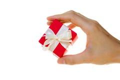 La mano della signora tiene un contenitore di regalo Fotografia Stock Libera da Diritti