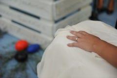 La mano della sposa con l'anello durante le sue nozze Fotografie Stock