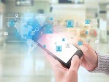 La mano di affari con le icone dell'applicazione la rete del globo e collega Immagine Stock Libera da Diritti