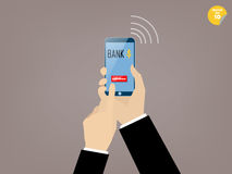 La mano di contatto dell'uomo di affari ritira il bottone dell'applicazione mobile di attività bancarie Fotografie Stock