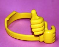 La mano di Emojis ha attraversato, mani libere, ? ideogrammi e smiley utilizzati nei messaggi elettronici e nel web immagini stock
