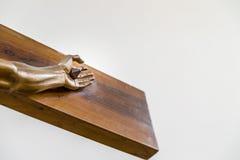 La mano di Jesus Christ ha inchiodato all'incrocio santo fotografia stock libera da diritti