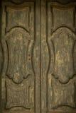 La mano di legno antica di verde verde oliva ha decorato il fondo di struttura della porta del portone Fotografia Stock