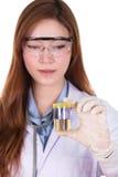 La mano di medico che tiene una bottiglia del campione di urina Fotografia Stock