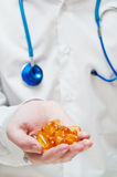 La mano di medico con le capsule di gel Immagini Stock