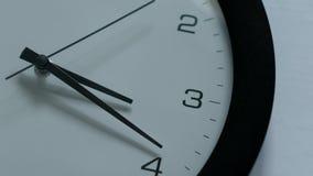 La mano di orologio si muove avanti e indietro video d archivio