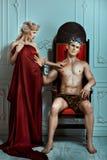La mano di re rifiuta la regina con il fronte altero ed acido Fotografia Stock