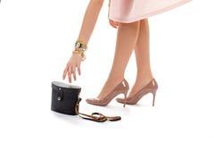 La mano di signora che raggiunge per la borsa immagini stock