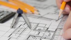 La mano di un architetto maschio che disegna una progettazione facendo uso di una matita stock footage