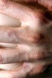 La mano di un terapista di massaggio Fotografie Stock Libere da Diritti
